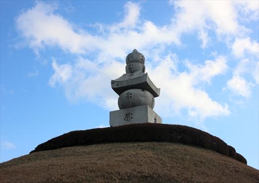耳塚の石碑と青空