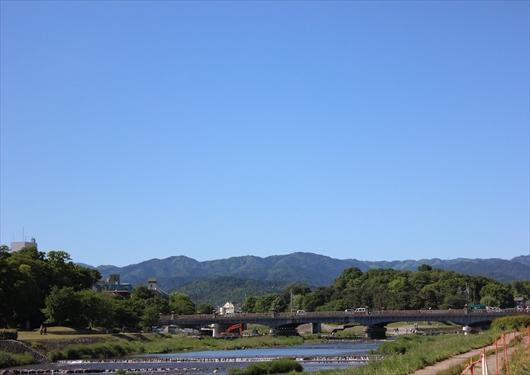 鴨川から下鴨神社を望む