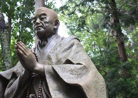 法然の石像