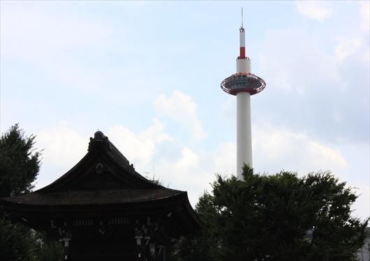 東本願寺境内から見える京都タワー
