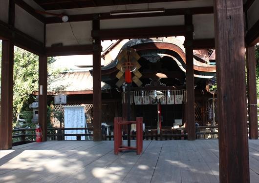 下御霊神社の舞殿から拝殿