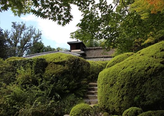 詩仙堂の庭園から建物を見る