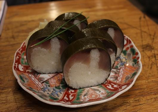 いづ重の鯖寿司は昆布巻き
