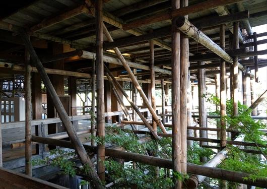 工事用の柱だらけの清水寺本堂