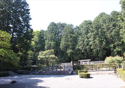 天智天皇のお墓の前