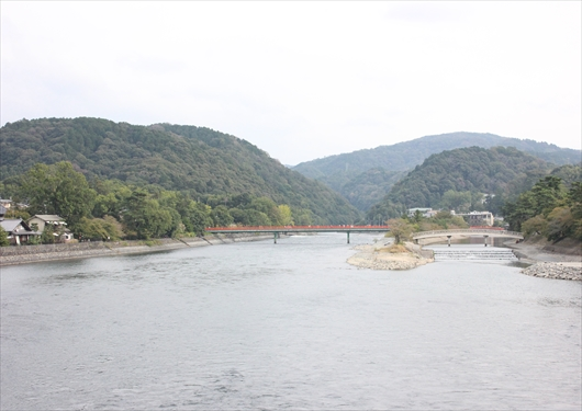 宇治橋から宇治川上流を眺める