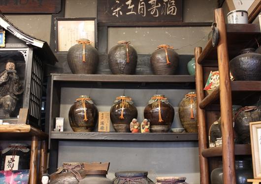 通圓店内には歴史ある茶壺が並ぶ
