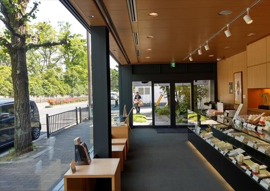 とらや京都一条店店内