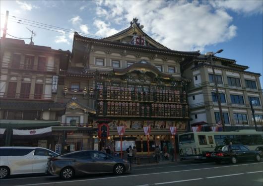 南座1階に祇園饅頭