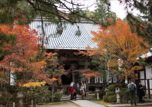 西明寺本殿前